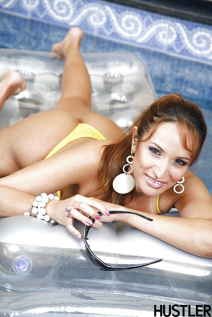 Загорелая Suzana Scoth хвастается прелестями рядом с закрытым бассейном