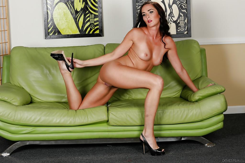 Смуглая мамочка бахвалится лохматой вагиной на зеленом диванчике смотреть эротику