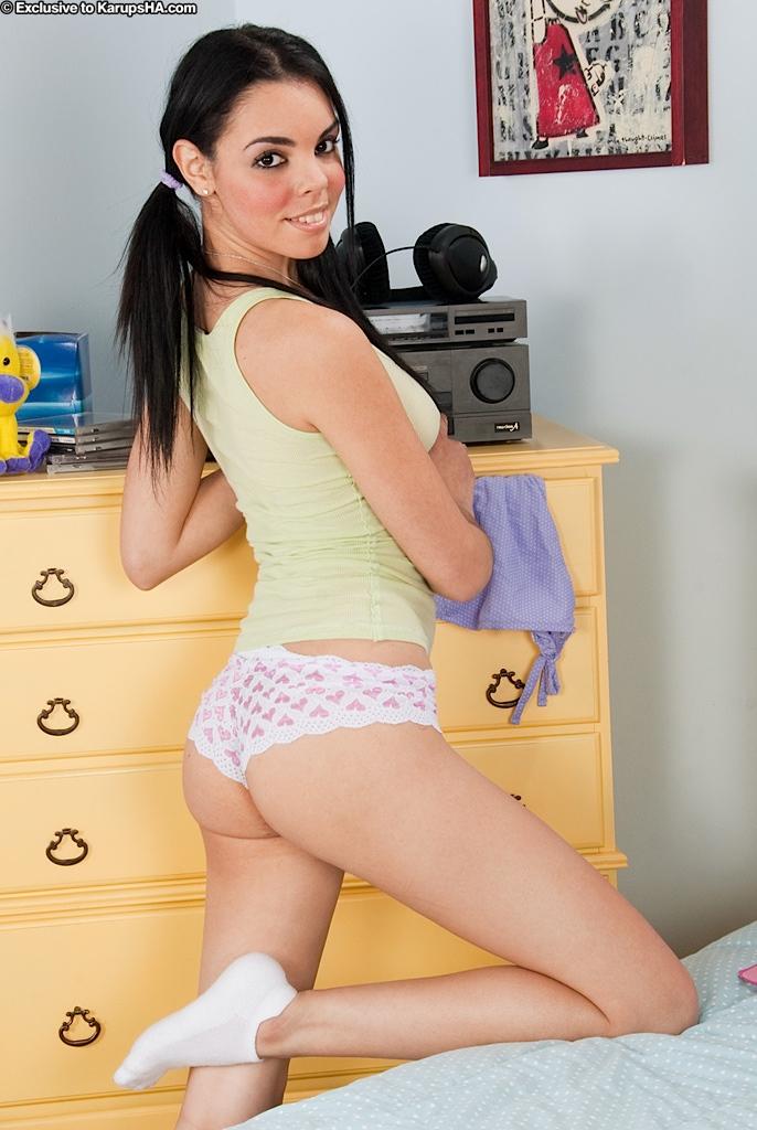 20-летняя леди с темными волосами полностью разделась в домашних условиях