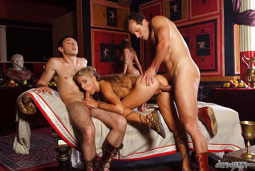 Полководцы трахаются с императрицами в просторных хоромах секс фото