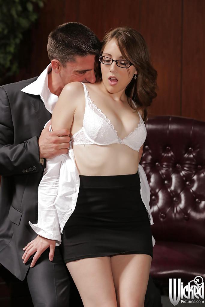 Босс шпилит носящую очки секретаршу на своем рабочем столе