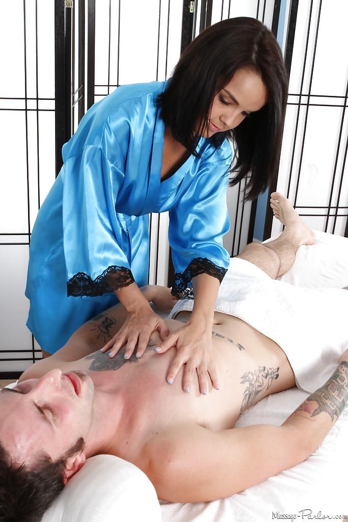 Загорелая массажистка сосет пенис парня лежащего на спине