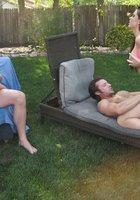 Голые брюнетки на свежем воздухе занимаются с групповым сексом с парнями 7 фотография