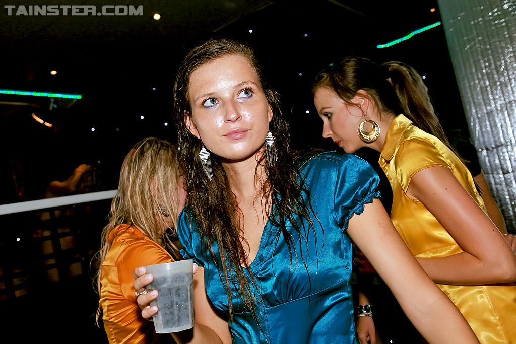 Пьяные цыпочки согласились на групповуху в ночном клубе 10 фотография