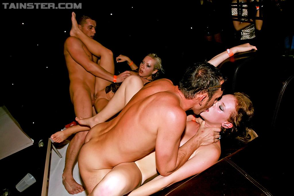 Пьяные цыпочки согласились на групповуху в ночном клубе 15 фотография