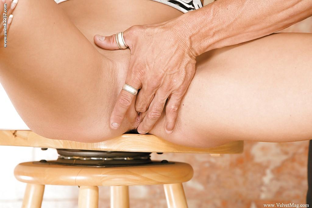 Capri Cavalli впустила промеж половых губ твердый кукан трахаря