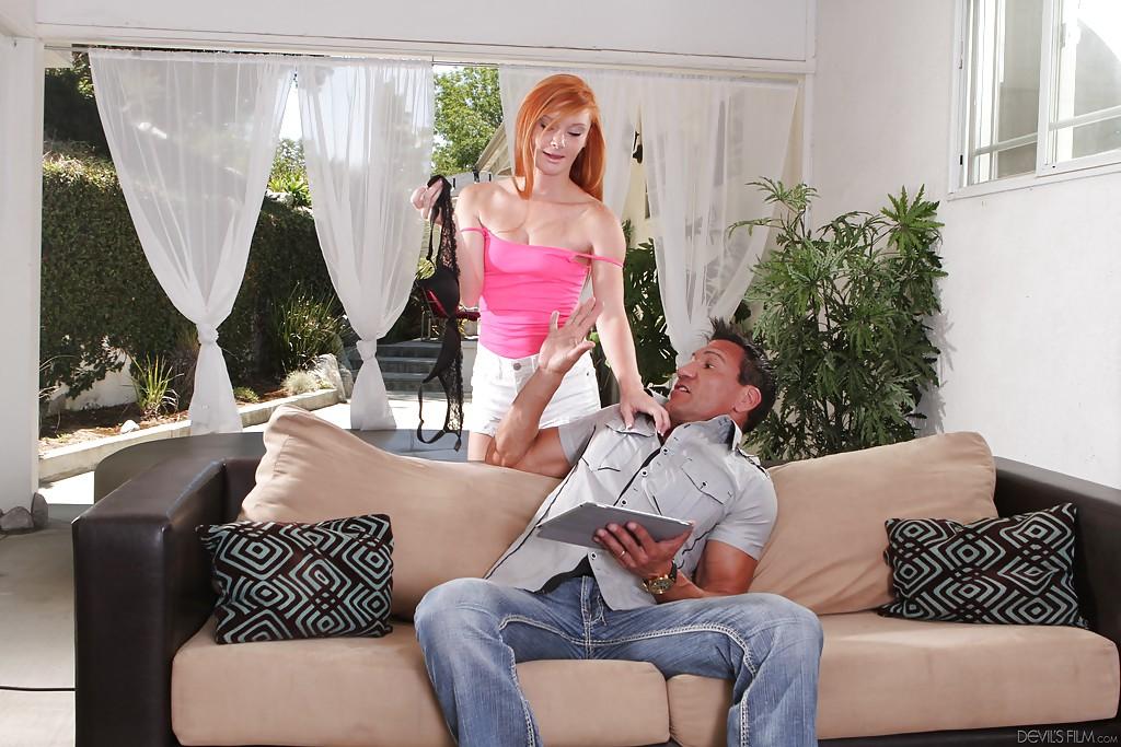 Конопатая юная студентка с рыжими волосами заглатывает чуваку сидящему на софе