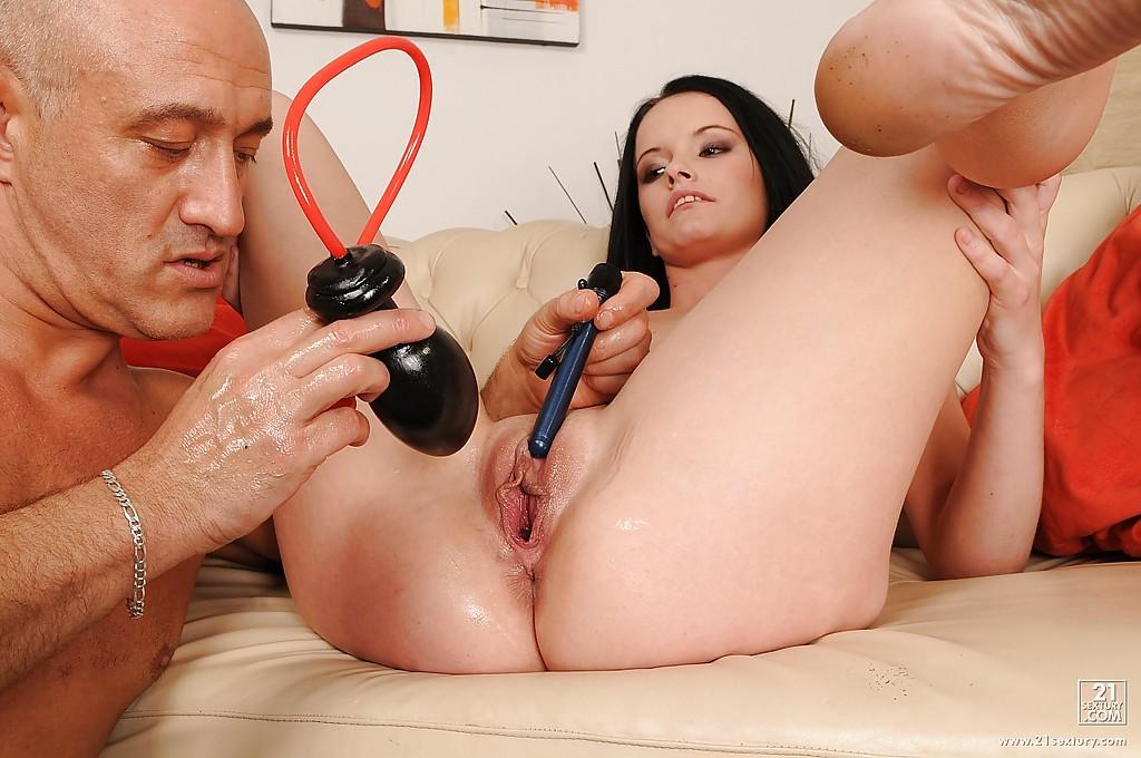 Зрелый пацан разебывает письку Юной шатенки различными секс игрушками