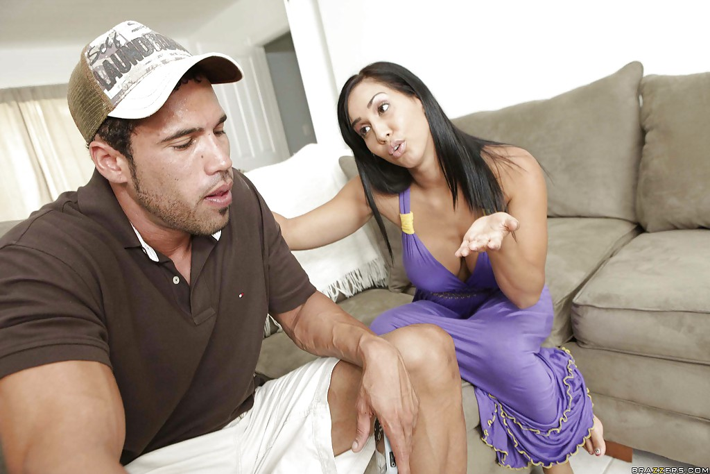На сером диване тип трахает титястую латинку с интимной стрижкой