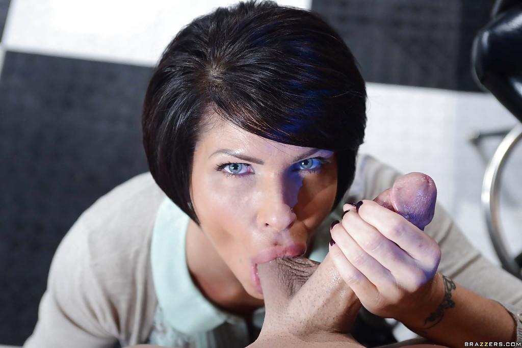 Темноволосая мамка берет в рот ствол юношу на глазах у молодухи