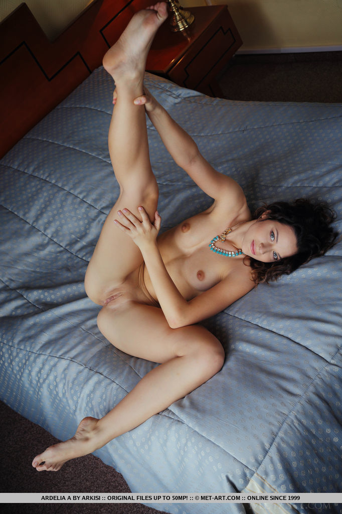 Синеглазая нимфоманка с гигантскими сосками в кровати бахвалится выбритой пиздой