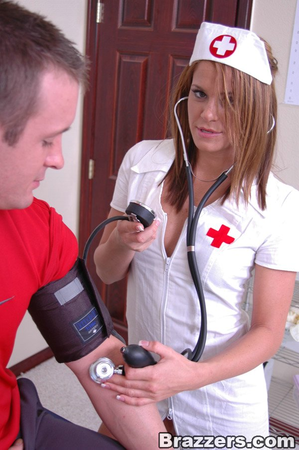 Молодая медсестра в кабинете трахается с пациентом не снимая халатик