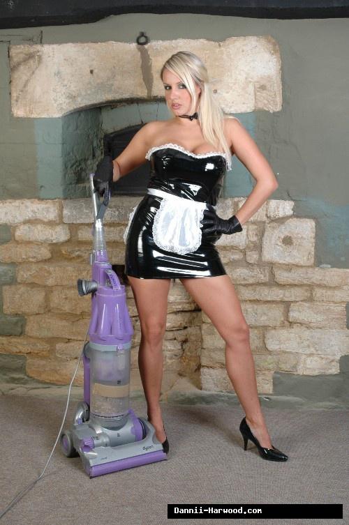 Прислуга Dannii Harwood показала большие сисяндры недалеко от пылесоса секс фото