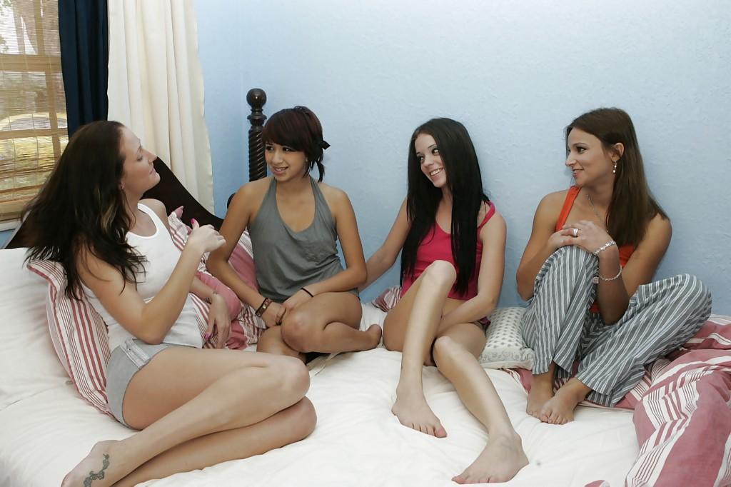 Двадцатилетние лесбияночки со подтянутыми фигурами вчетвером грешат на постели
