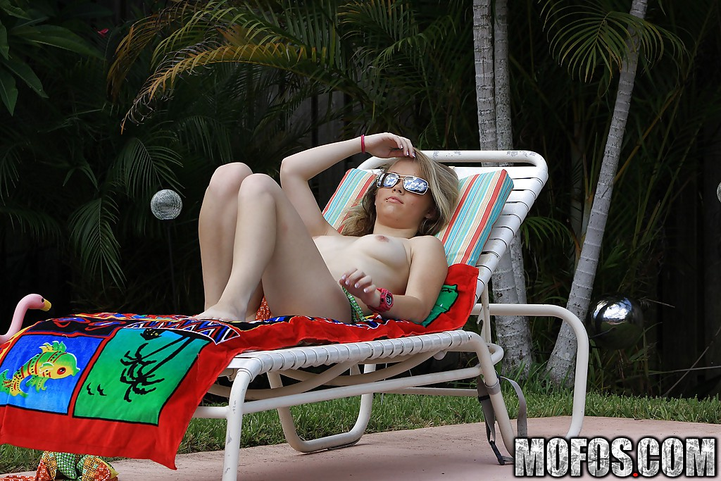 Голая Madison Chandler лежит на шезлонге после купания в бассейне