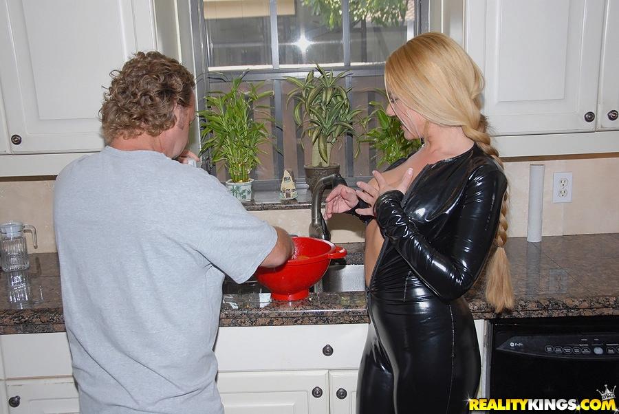 Блонда с косой на кухне соблазнила мужчину позируя в костюме из латекса