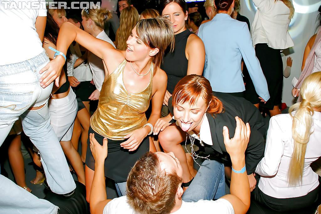 Минетчицы устроили вечеринку чтобы вдоволь насосаться членов
