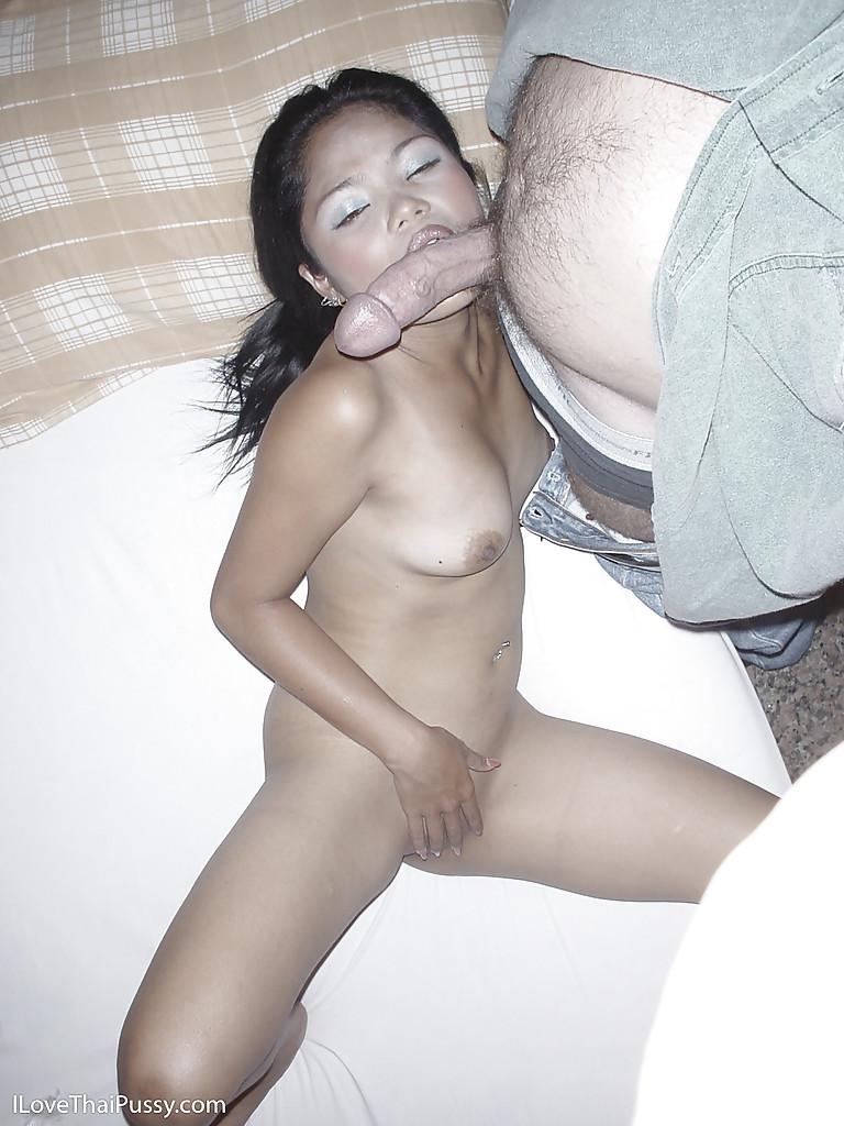 Брюнетистая азиатка отсасывает причиндал сожителя в спальне