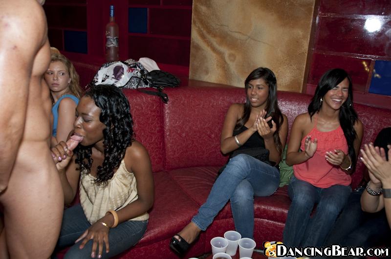 Афроамериканец на дискотеке дает в рот всем желающим вертихвосткам