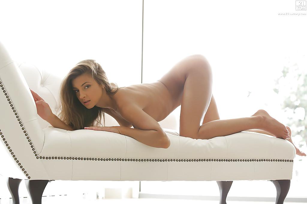 Милая Maria Rya бахвалится идеальным торсом на белой козетке секс фото