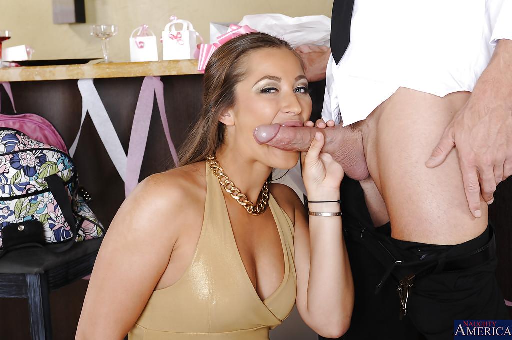 Около барной стойки лысый муж развлекается с телкой с помощью языка и самотыков