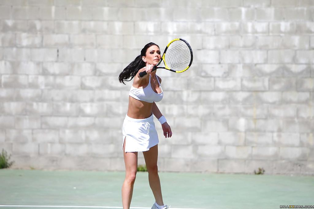 Зрелая теннисистка с силиконовыми сиськами занимается сексом с партнером в раздевалке
