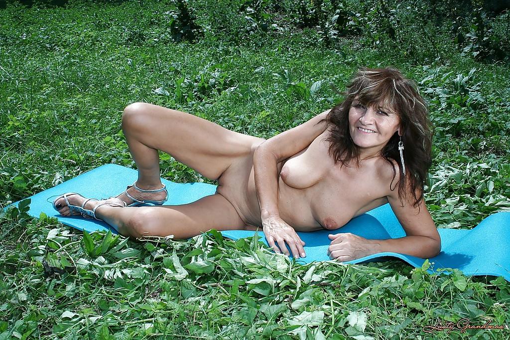 Бабуля с потрепанными волосами разделась догола на открытом воздухе смотреть эротику