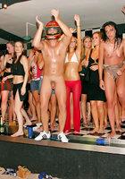 На мокрой вечеринке пьяные бабы согласились на групповуху 16 фото