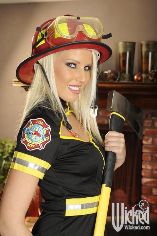 Баба работающая пожарной снимает униформу оголяя прелести секс фото