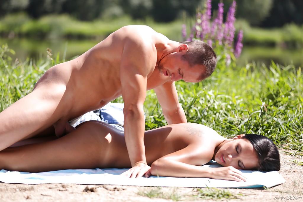 Молодая брюнетка с загорелым телом занимается сексом на природе