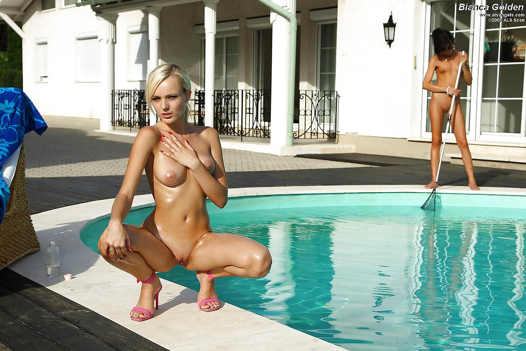 Блондинка фотографируется на людях на фоне мойщицы бассейнов
