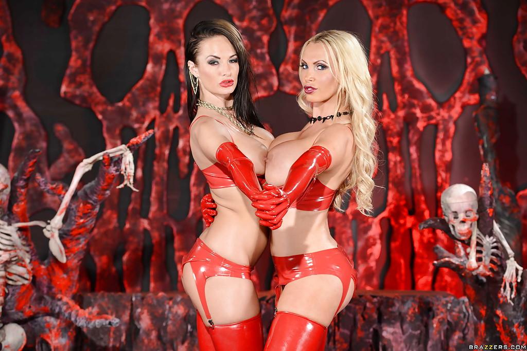 Бестии в красном белье из латекса сексуально позируют в обители зла