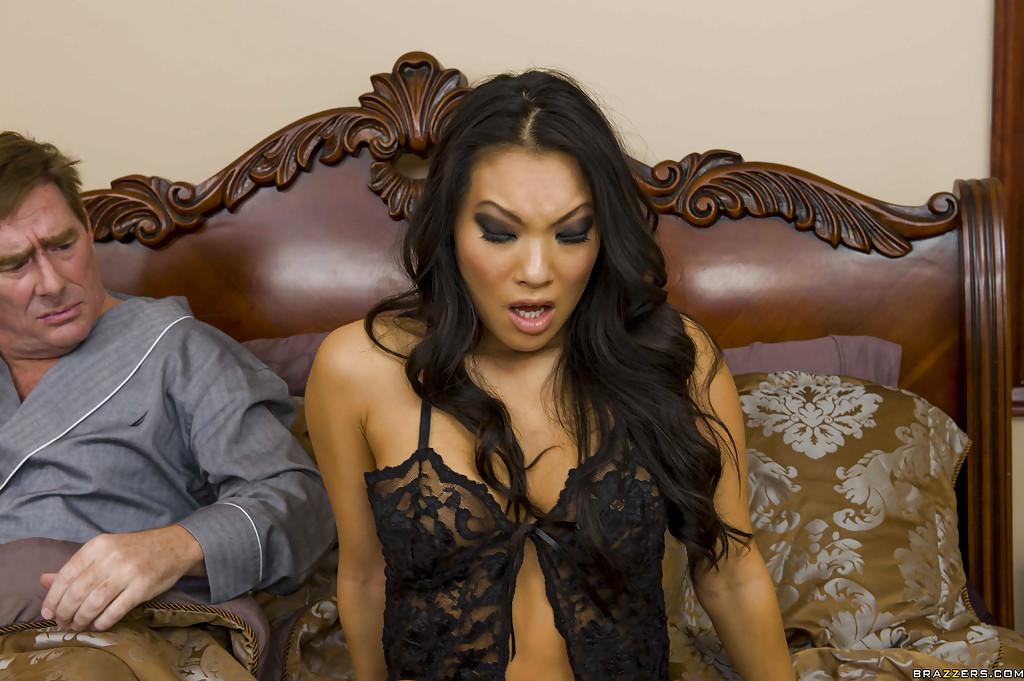 Asa Akira занимается сексом в жопу с лысым партнером в апартаментах отеля