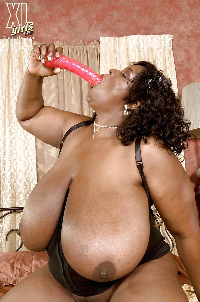 Пышная негритянка с висячими буферами в комнате грешит с розовым самотыком