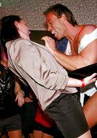 Выпившие цыпочки чтобы не скучать в ночном клубе занялись групповым сексом 3 фотография