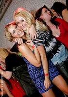 Выпившие цыпочки чтобы не скучать в ночном клубе занялись групповым сексом 4 фотография