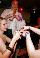 Выпившие цыпочки чтобы не скучать в ночном клубе занялись групповым сексом 7 фотография