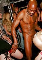 Выпившие цыпочки чтобы не скучать в ночном клубе занялись групповым сексом 13 фотография