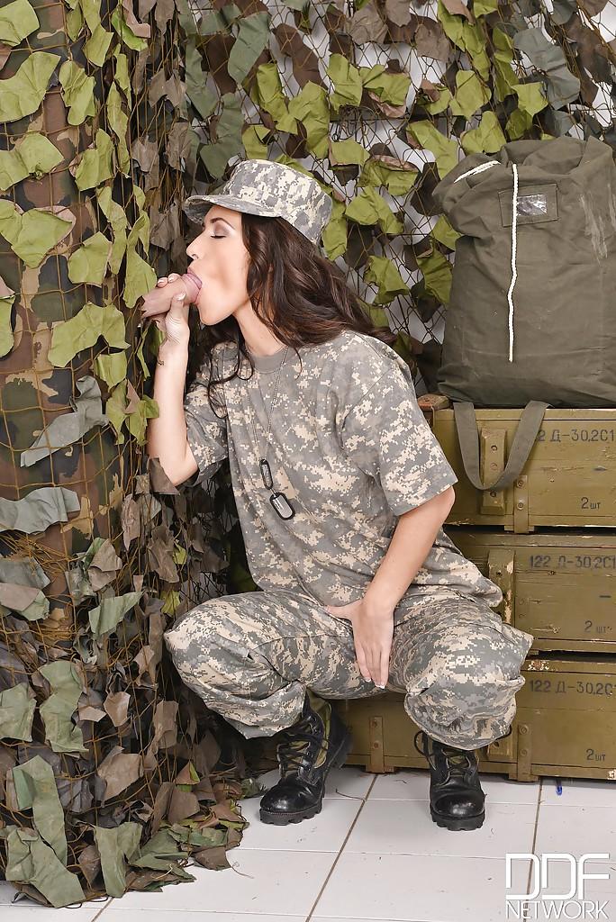 Военнослужащая в униформе заслужила кончу в ротик после орального секса