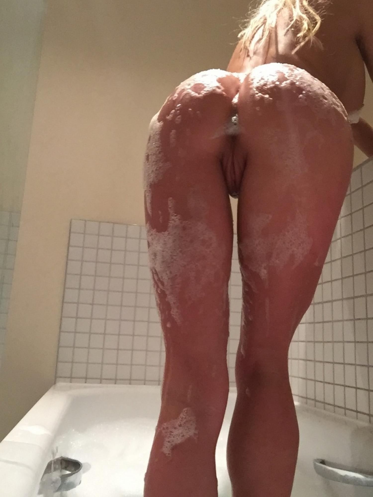 На кухне светлая порноактриса снимает на телефон силиконовые буфера и киску секс фото
