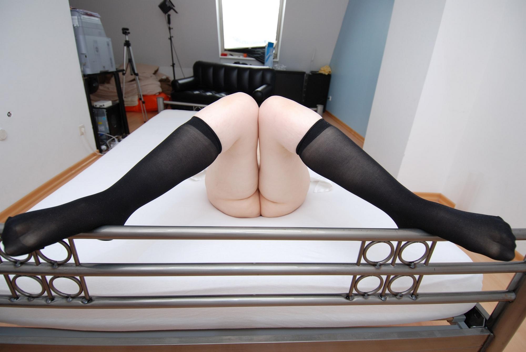 Зрелая немка в полосатых чулках в комнате светит потрепанной вагиной