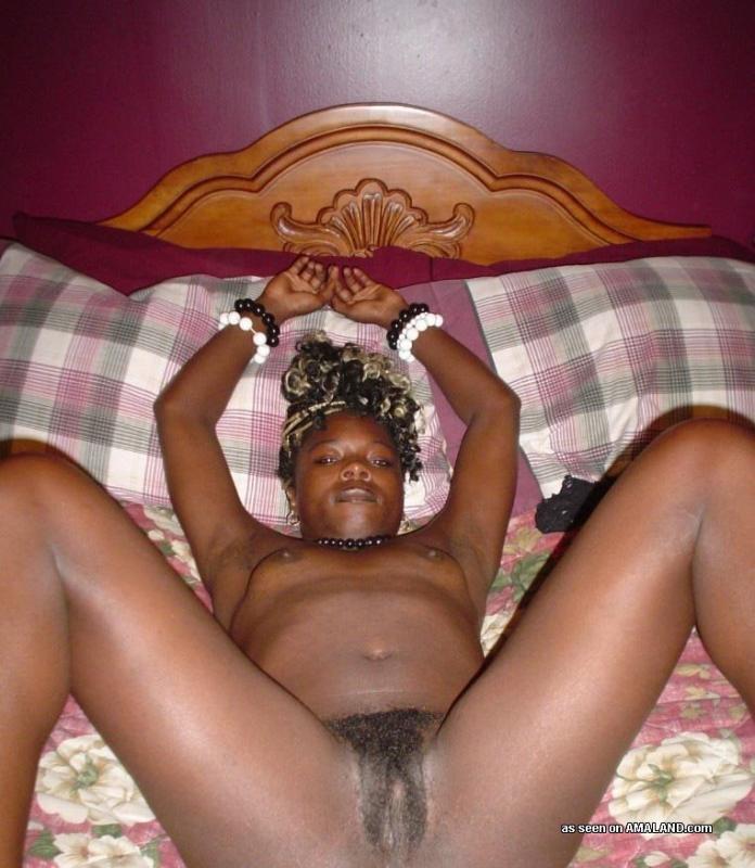 Мелированная негритянка на кровати блистает волосатым лобком