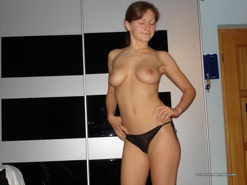 Фифочка с аккуратными грудями на кухне красуется раздетым торсом смотреть эротику