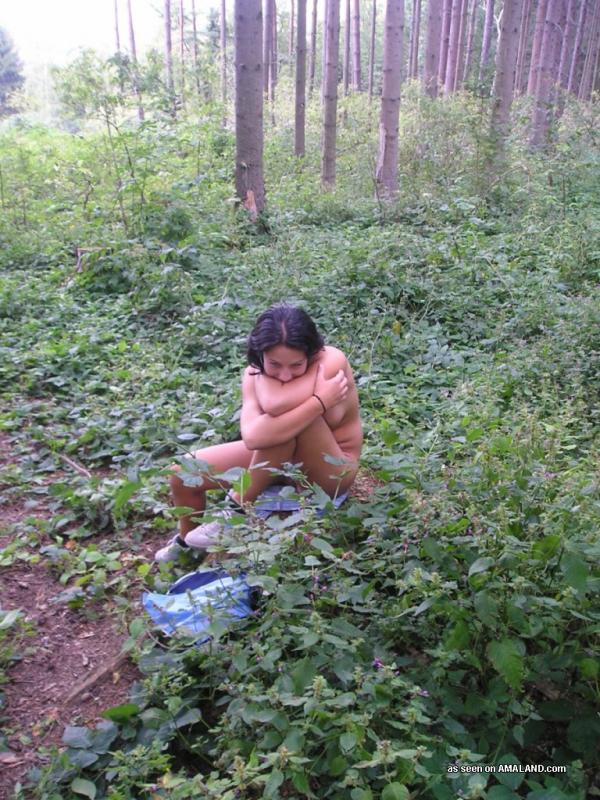 Голая туристка с набухшими сосками сидит на пне посреди леса