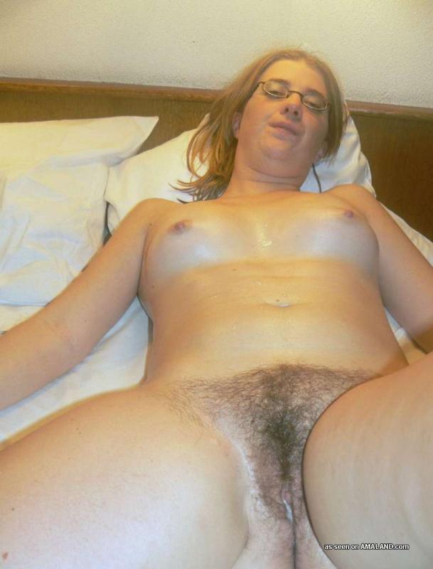 Мамка носящая очки становится раком чтобы похвастаться задницей