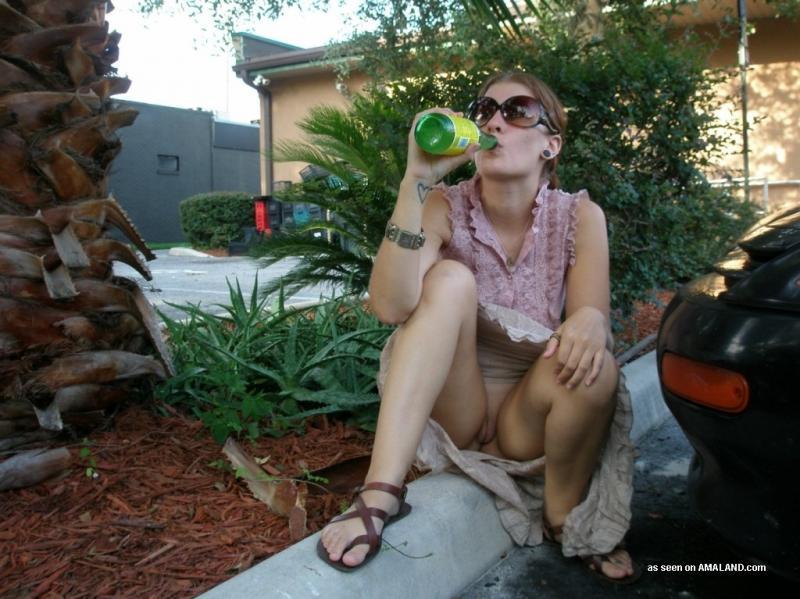 Бабенка в солнцезащитных очках во время прогулки светит киской