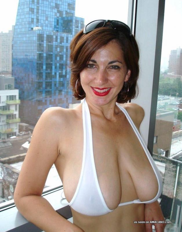 39 Летняя тетка в светлых бикини бахвалится грудями стоя у окна номера
