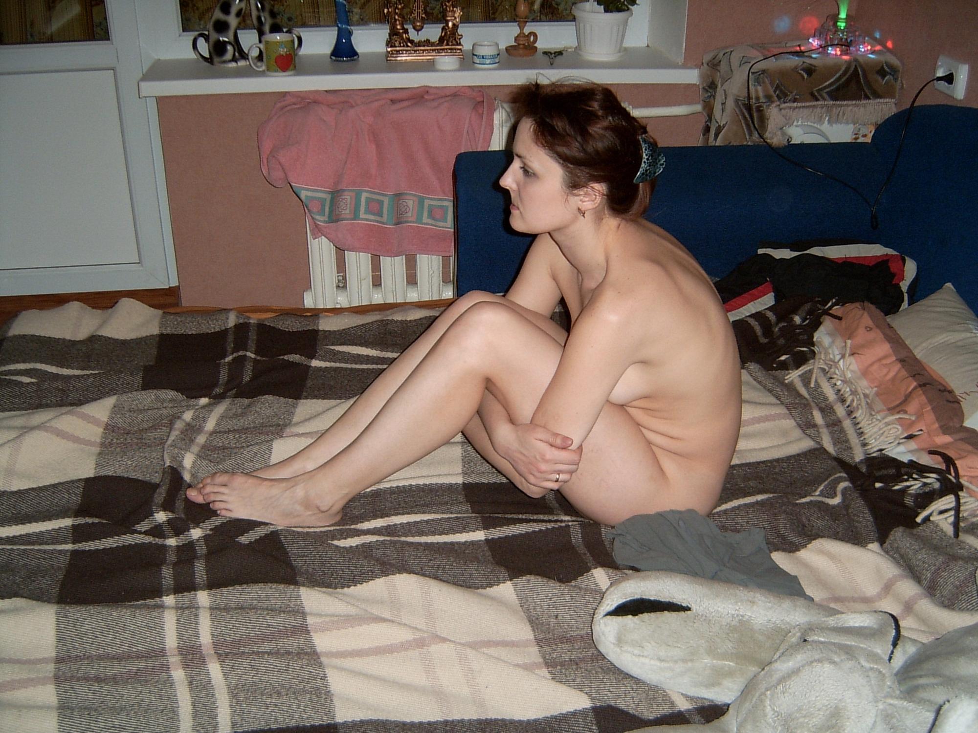 Киевлянка в гольфах светит волосатое влагалище для порно журнала