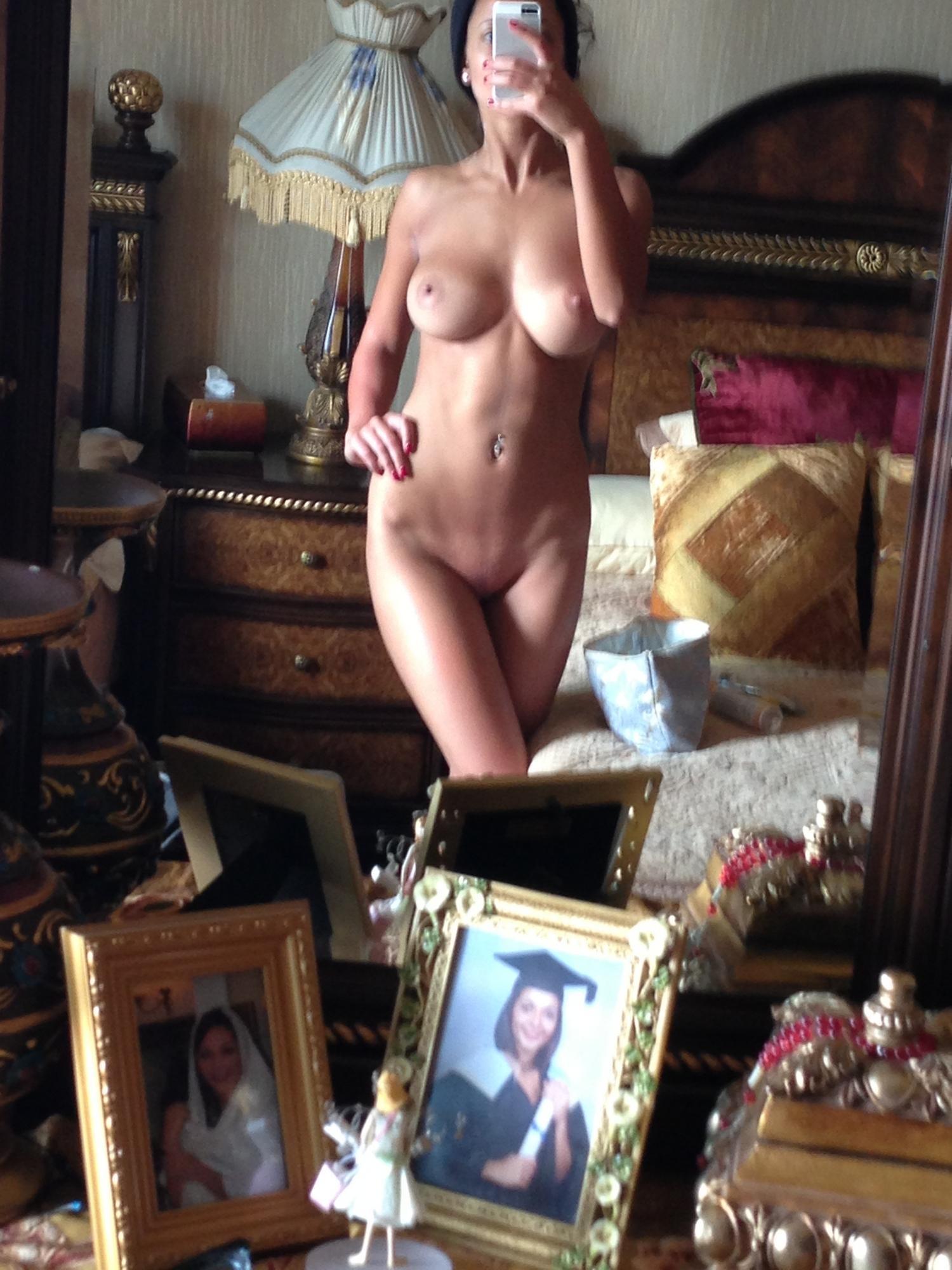 Сисястая красавица с прессом делает откровенные изображения перед зеркалом секс фото