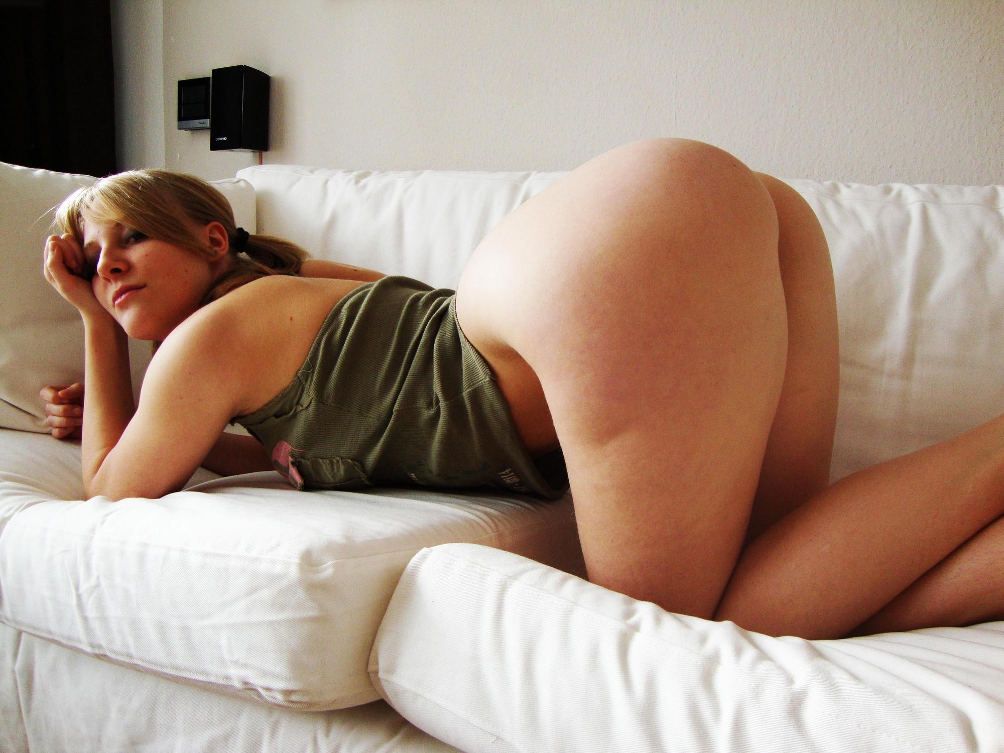 Двадцатилетняя девушка в свободное время позирует крупной задницей и другими дойками